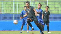 Mantan pemain Arema Junda Irawan, memperkuat PS Kaki Mas dalam laga uji coba. (Bola.com/Iwan Setiawan).
