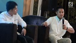 """CEO & Co-Founder umma, Indra Wiralaksmana (kanan) memberikan paparan pada peluncuran aplikasi muslim berbasis komunitas bernama """"umma"""", Jakarta, Kamis (25/4). Aplikasi Umma memiliki misi untuk mempermudah umat muslim Indonesia menjadi khairu ummah. (Liputan6.com/HO/Ading)"""