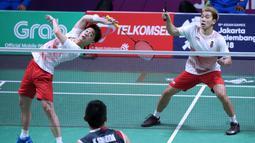 Pasangan Indonesia, Kevin Sanjaya/Marcus Gideon, saat melawan wakil Jepang, Takeshi Kamura/Kelgo Sonoda, pada laga Asian Games di Istora, Jakarta, Selasa (21/8/2018). Kevin/Marcus menang 21-18 dan 21-12. (Liputan6.com/Helmi Fithriansyah)