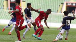 Striker Timnas Indonesia, Marinus Wanewar (tengah) menerima kartu kuning pada menit ke 71 saat melawan Kamboja di Stadion Shah Alam, Selangor, Kamis, (24/8/2017). Indonesia menang 2-0 atas Kamboja. (Bola.com/Vitalis Yogi Trisna)