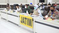Gubernur Jawa Timur Khofifah Indar Parawansa kembali menggelar rapat koordinasi virtual dengan jajaran Forkopimda Jatim dan Forkopimda Kabupaten Kota Se Jawa Timur, Kamis (9/4/2020) di Mapolda Jatim. (Foto: Liputan6.com/Dian Kurniawan)