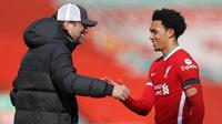 Jurgen Kloop memberikan selamat kepada Trent Alexander-Arnold usai berhasil membawa Liverpool menang atas Aston Villa di menit akhir pertandingan. (Foto: AFP/Pool/Clive Brunskill)