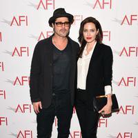 Keputusan Angelina Jolie tak terlalu mendapatkan dukungan dari suaminya, Brad Pitt.  (AFP/Bintang.com)
