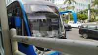 Transjakarta kembali mengoperasikan bus Zhongtong. Bus pabrikan China itu kini berwarna biru kombinasi putih. (Ika Defianti/Liputan6.com)