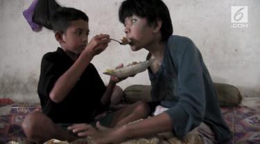 Kisah pilu dialami Ardiansyah, bocah kelas lima sekolah dasar di Lamongan. Terpaksa memilih untuk putus sekolah demi mengurus ibunya yang mengalami kelumpuhan dan buta.