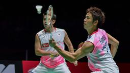 Pasangan Jepang, Takuro Hoki/Yugo Kobayashi, saat melawan wakil Indonesia, Hendra Setiawan/Mohammad Ahsan pada Kejuaraan Dunia Bulutangkis 2019 di Swiss, Minggu (25/8). Indonesia menang 25-23, 9-21, 21-15. (AFP/Fabrice Coffrini)