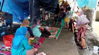 Kondisi memprihatinkan warga korban banjir yang mengungsi di emperan jalan di Desa Bojongsari, Kedungwaringin, Kabupaten Bekasi. (Liputan6.com/Bam Sinulingga)