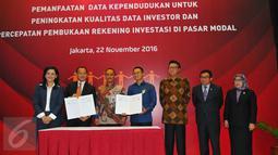 Suasana penandatangan kerja sama KSEI dengan Dukcapil Kementerian Dalam Negeri (Kemendagri) terkait pemanfaatan data kependudukan dengan 100 pelaku usaha Bursa Efek Indonesia (BEI) di Gedung BEI, Jakarta, Selasa (22/11). (Liputan6.com/Angga Yuniar)