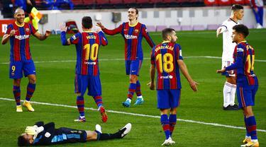 Para pemain Barcelona merayakan gol yang dicetak oleh Martin Braithwaite ke gawang Osasuna pada laga Liga Spanyol di Stadion Camp Nou,  Minggu (29/11/2020). Barca menang dengan skor 4-0. (AP/Joan Monfort)
