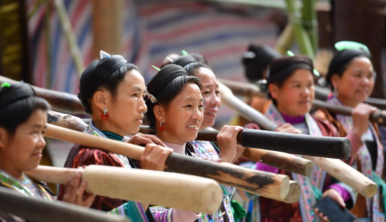 "Para wanita mengikuti festival ""Liang Bu"" yang digelar di Desa Dangjiu di Gandong, Wilayah Otonom Etnis Miao Rongshui, Daerah Otonom Etnis Zhuang Guangxi, China selatan (25/10/2020). ""Liang Bu"" merupakan sejenis kain tradisional buatan tangan dari kelompok etnis Miao. (Xinhua/Huang Xiaobang)"