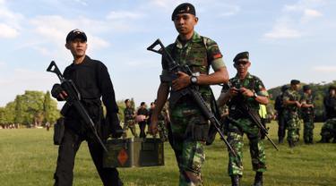 Tentara Indonesia berkumpul untuk persiapan keamanan di Denpasar, Bali, Indonesia (23/6). Menjelang kunjungan mantan Presiden AS Barack Obama, petugas gabungan disiapkan. (AFP Photo/Sonny Tumbelaka)