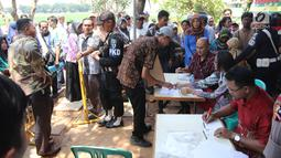 Warga calon pembeli mendaftarkan diri untuk menjadi pemilik rumah DP 0 Rupiah di Pesona Rorotan, Cilincing, Jakarta Utara, Jumat (2/3). Cicilan rumah DP 0 Rupiah berkisar antara Rp 2,2 juta hingga Rp 2,4 juta per bulan. (Liputan6.com/Arya Manggala)