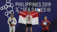 Atlet angkat besi Indonesia, Windy Aisah, saat beraksi di nomor 49 Kg di Kompleks Rizal Memorial Stadium, Senin (2/12). Windy mendapatkan medali emas dengan nilai 104. (Bola.com/M Iqbal Ichsan)