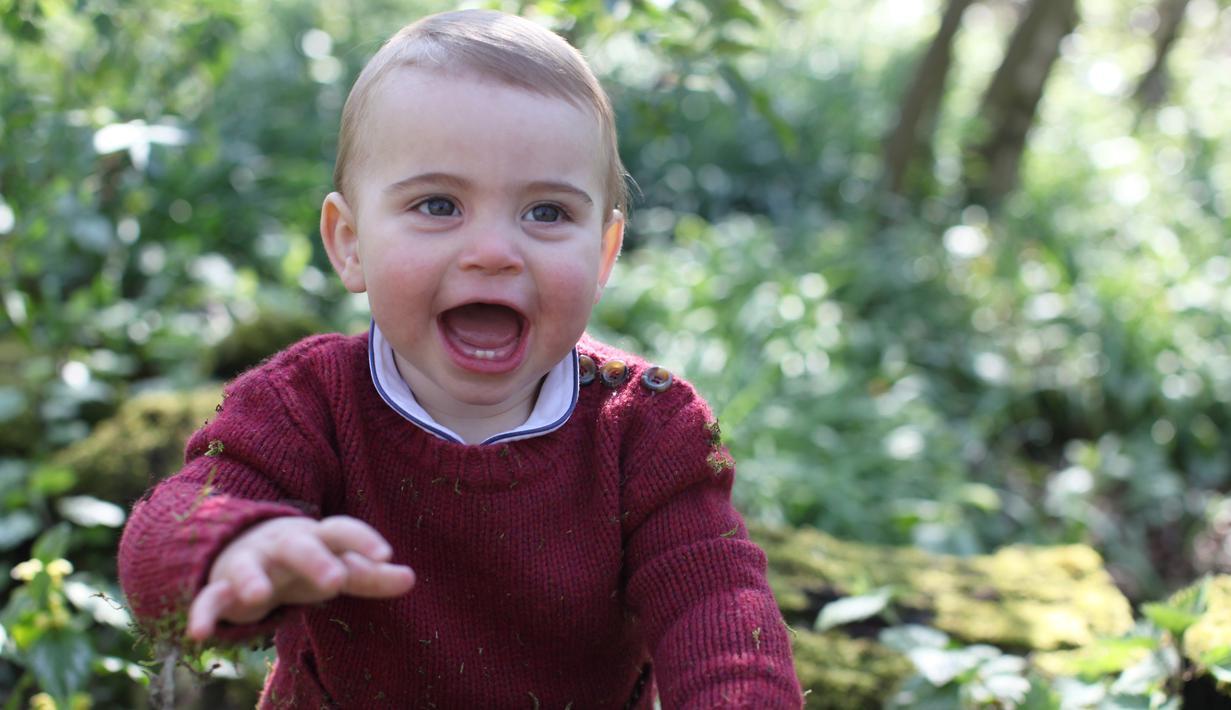 Foto yang dirilis oleh Kensington Palace pada 22 April 2019 memperlihatkan Pangeran Louis bermain di rerumputan rumahnya di Norfolk, Anmer Hall. Foto yang diambil sendiri oleh Kate Middleton itu untuk merayakan ulang tahun pertama sang pangeran. (THE DUCHESS OF CAMBRIDGE/KENSINGTON PALACE/AFP)
