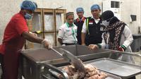 Tim ketering Daker Mekah terus mengawasi. Guna memastikan setiap bahan makanan yang digunakan benar-benar dalam kindisi segar dan layak makan. (Liputan6.com/Taufiqqurahman)