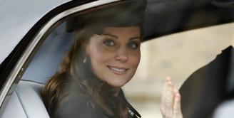 Kabar bahagia datang dari Kate Middleton dan Pangeran William. Pasalnya pasangan yang menikah pada 29 April 2011 itu dikaruniai anak ketiga yang berjenis kelamin laki-laki. (AFP/Tolga AKMEN/POOL)