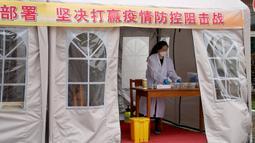 Seorang guru melakukan persiapan di ruang isolasi sementara di sebuah sekolah menengah pertama di Shanghai, China timur (21/4/2020). Di Shanghai, kelas untuk siswa tingkat akhir di sekolah menengah pertama dan atas akan dibuka kembali pada 27 April. (Xinhua/Liu Ying)