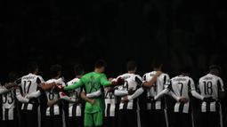 Para pemain Juventus mengheningkan cipta sebelum laga Liga Champions melawan Dinamo Zagreb untuk mengenang para pemain Chapecoense yang menjadi korban kecelakaan pesawat. Pada pertandingan ini Juve menang 2-0 atas Zagreb. (AFP/Marco Bertorello)