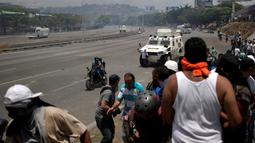 Pengunjuk rasa pendukung oposisi, Luis Alejandro saat ditabrak kendaraan taktis Garda Nasional Venezuela di luar pangkalan militer 'La Carlota' di Caracas, Venezuela (30/4/2019). (Reuters/Ueslei Marcelino)