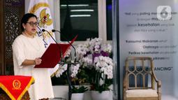 Ketua DPR Puan Maharani selaku pembaca UUD 1945 mengikuti Upacara Peringatan Hari Lahir Pancasila secara Virtual di Kediamannya, Jakarta, Senin (1/6/2020). Upacara Virtual ini diikuti Presiden Wakil Presiden RI, Ketua MPR, Menteri Kabinet Kerja dan  Pejabat tinggi Lainnya. (Liputan6.com/Johan Tallo)