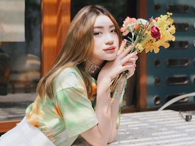 Wanita 24 tahun ini sering kali mengganti warna rambutnya.Penyanyi sekaligus model ini tampil menawan bak Idol Korea dengan rambut berwarna blonde. (Liputan6.com/IG/@pattdevdex)