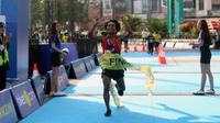 Kejuaraan lari bertajuk Tiket.com Kudus Relay Marathon 2019 sukses digelar di Kudus, Jawa Tengah, Minggu (24/08/2019) dengan flag off pukul 05.00 WIB. (Bola.com/Muhammad Adyaksa)