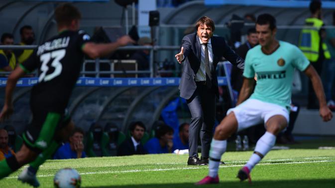 Pelatih Inter Milan, Antonio Conte, memberikan instruksi kepada pemainnya saat melawan Sassuolo pada laga Serie A Italia di Stadion Mapei, Reggio-Emilia, Minggu (20/10). Sassuolo kalah 3-4 atas Inter. (AFP/Miguel Medina)