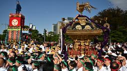 Peserta berkumpul selama perayaan nasional untuk menandai penobatan Kaisar Jepang Naruhito di depan Istana Kekaisaran di Tokyo (9/11/2019). Kaisar Naruhito menjalankan ritual penobatannya setelah dilantik pada 1 Mei 2019. (AFP Photo/Charly Triballeau)