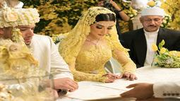 Selebgram Tasya Farasya menandatangani dokumen saat prosesi akad nikah. Selebgram sekaligus vlogger make up ini menikahi kekasihnya, Ahmad Assegaf. (Instagram/tasyafarasya)