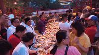 Buka Puasa Gratis Ala Warga Tionghoa untuk Raih Berkah di Bulan Ramadan. (Liputan6.com/Ady Anugrahadi)