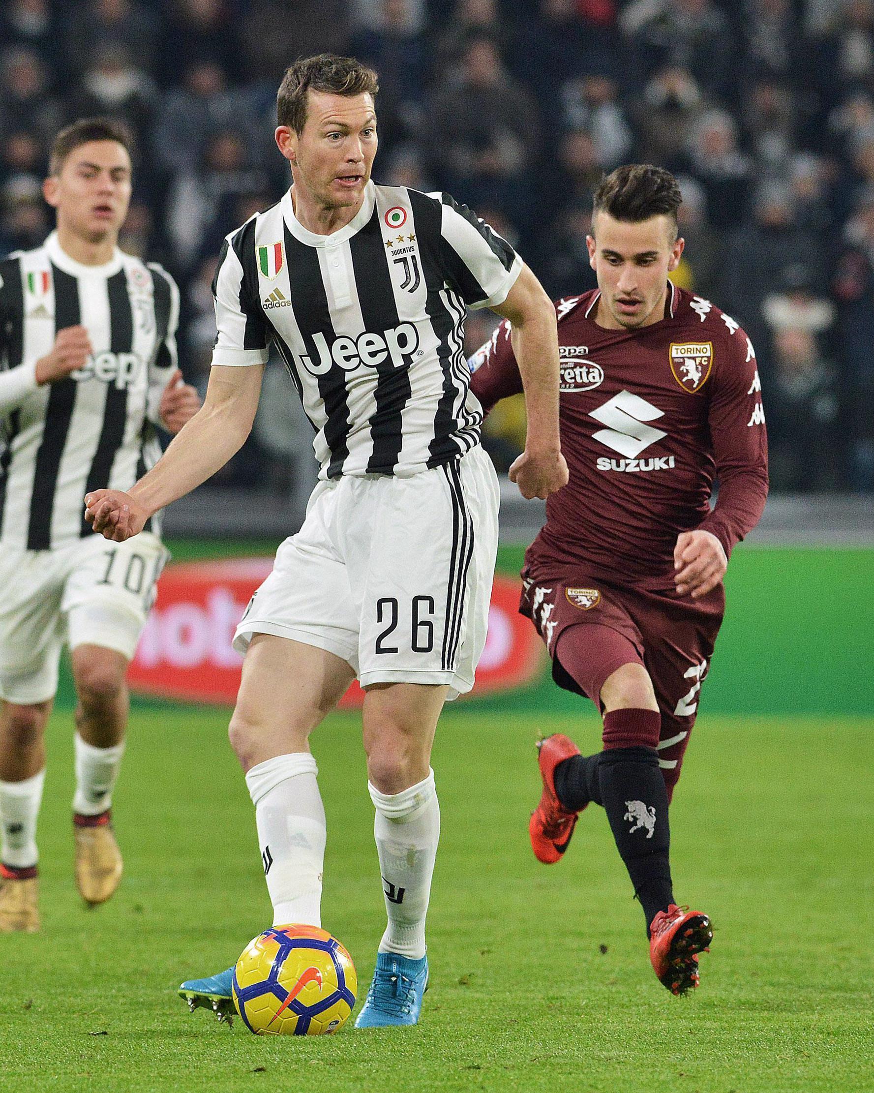 Pemain Juventus Stephan Lichtsteiner mengendalikan bola dalam lanjutan Coppa Italia kontra klub sekota mereka, Torino di Stadion Allianz, Rabu (3/1). Juventus berhasil menang dengan skor 2-0 dan melenggang ke babak semifinal. (AP/Andrea Di Marco)