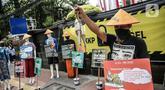 Massa yang tergabung dalam koalisi rakyat untuk keadilan perikanan (Kiara) menggelar aksi di depan Gedung Kementerian Kelautan dan Perikanan, Jakarta, Senin (13/7/2020). (Liputan6.com/Faizal Fanani)