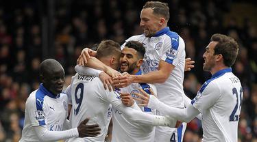 Pemain Leicester merayakan gol yang dicetak Riyad Mahrez, ke gawang Crystal Palace pada laga Liga Premier Inggris di Stadion Selhurst Park, London, Sabtu (19/3/2016). Crystal Palace takluk 0-1 dari Leicester. (AFP/Ikimages)