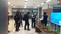 KPK OTT Gubernur Sulawesi Selatan (Sulsel) Nurdin Abdullah. Petugas KPK melibatkan aparat dari kepolisian dalam penangkapan tersebut.