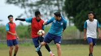 Syaiful Indra dan esteban Vizcarra gabung latihan Arema menjelang laga kontra Bali United. (Bola.com/Iwan Setiawan)