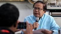 Ekonom senior Rizal Ramli menyampaikan kritikan kepada Capres Nomor Urut 01 mengenai pidatonya kemarin di Tebet, Jakarta, Senin (25/2). Rizal menyebut pidato Jokowi kurang jujur karena tak mengakui kegagalan pemerintahannya. (Liputan6.com/Johan Tallo)