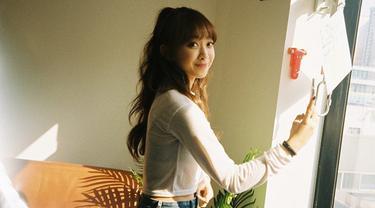 Keberhasilan Dita debut di Korea Selatan ini membuatnya banjir pujian dan ucapan selamat. Selain piawai dalam bernyanyi, wanita kelahiran 25 Desember 1996 ini juga punya paras cantik. Tak heran jika ia kini menjadi idola baru anak muda. (Liputan6.com/IG/@ditakarang)