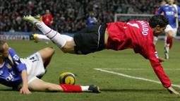 Portsmouth. Cristiano Ronaldo telah mencetak 6 gol ke gawang Portsmouth. Gol pertamanya yang dibuat pada 1 November 2003 melaui eksekusi tendangan bebas juga menjadi gol debutnya di Manchester United yang berujung kemenangan 3-0 atas Portsmouth. (Foto: AFP/Carl De Souza)