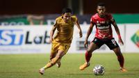 Aksi pemain Bhayangkara FC, Evan Dimas (kiri) saat berhadapan dengan Bali United dalam lanjutan BRI Liga 1 2021/2022, Sabtu (23/10/2021) WIB di Stadion Maguwoharjo, Sleman. (Bola.com/Bagas Lazuardi)