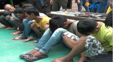 Polisi juga mengamankan sembilan tersangka yang diduga bandar, dan juga menyita senjata tajam dan sejumlah uang tunai.