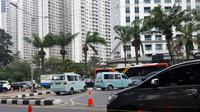 Dishub DKI Jakarta uji coba penutupan putar balik di depan City Walk. (Fachrur Rozie/Liputan6.com)