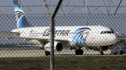 Pesawat milik maskapai Mesir, EgyptAir, yang membawa 55 penumpang dan tujuh kru, dibajak dan dialihkan ke Bandara Larnaca, Siprus, Selasa (29/3). Pembajak adalah seorang penumpang yang mengklaim membawa sabuk bahan peledak. (REUTERS/Yiannis Kourtoglou)