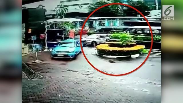 Kopaja P20 menabrak sebuah mobil di depan wisma Bakrie 2, Kuningan, Jakarta Selatan