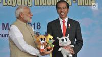 Presiden Joko Widodo (Jokowi) memberikan maskot Asian Games 2018 kepada PM India Narendra Modi di Lapangan Monas, Jakarta, Rabu (30/5). Awalnya, Jokowi bersama PM Modi melakukan pertemuan bilateral di Istana Merdeka. (Merdeka.com/Iqbal S. Nugroho)