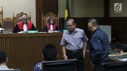 Terdakwa yang juga anggota nonaktif DPRD Kalteng, Punding LH Bangkan (kanan), Borak Milton (kedua kanan) saat sidang putusan kasus suap pencemaran limbah sawit di Pengadilan Tipikor, Jakarta, Rabu (3/7/2019). Borak Milton dan Punding dipidana penjara lima tahun. (Liputan6.com/Helmi Fithriansyah)