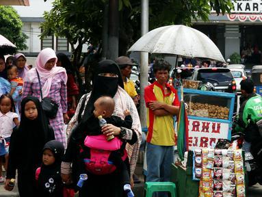 Pedagang tahu gejrot memanfaatkan libur tahun baru dengan berjualan di kawasan Kota Tua, Jakarta Selasa (2/1). Mereka mulai menggelar dagangannya sejak pagi hari. (Liputan6.com/Johan Tallo)