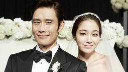 Walaupun beda 11 tahun, akan tetapi hal itu tak menjadi penghambat bagi Lee Byung Hun dan Lee Min Jung. Pasangan ini resmi menikah pada Agustus 2013. (Foto: allkpop.com)