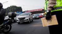 Kendaraan melintas saat pemberlakuan perluasan sistem ganjil genap di kawasan Jalan Fatmawati Raya, Jakarta, Senin (9/9/2019). Terdapat 25 ruas jalan di DKI Jakarta yang diterapkan kebijakan pembatasan kendaraan bermotor ini. (Liputan6.com/Faizal Fanani)