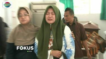Puluhan korban tsunami di Lampung Selatan dibawa ke RSUD Bob Bazar Kalianda untuk mendapat perawatan. Akibat banyaknya korban, sejumlah pasien terpaksa dirawat di lorong rumah sakit.