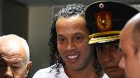 Mantan pemain timnas Brasil, Ronaldinho tiba memberikan keterangan di Asuncion's Justice Palace, ibu kota Paraguay, Jumat (6/3/2020). Ronaldinho bersama saudara laki-lakinya berurusan dengan pihak berwenang Paraguay karena menggunakan paspor palsu untuk memasuki negara itu. (Norberto DUARTE/AFP)